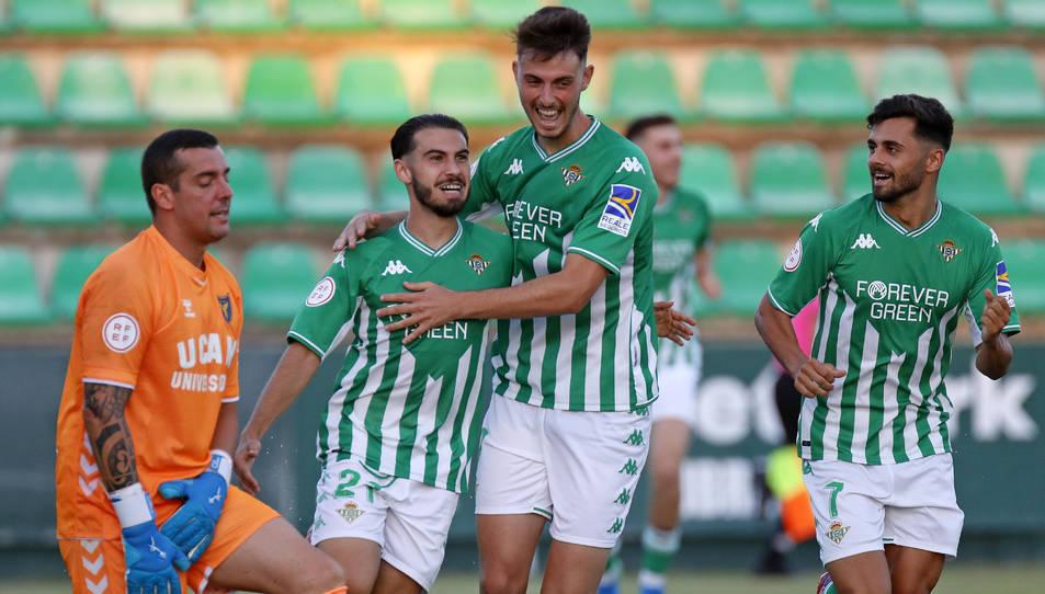 Jugadors del filial del Betis celebren el gol que va marcar Lara contra l'UCAM Murcia i que va significar sumar el primer triomf.