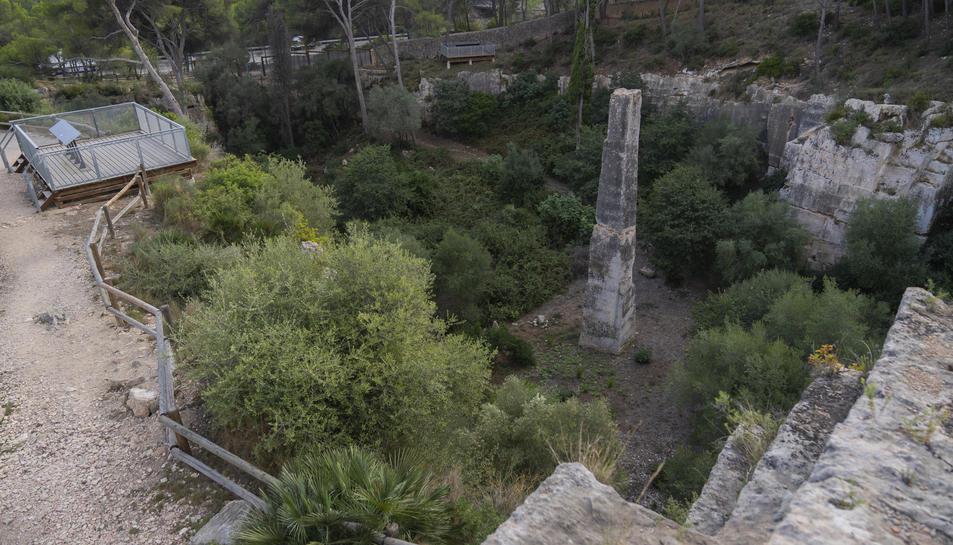 L'agulla del Mèdol, al bell mig del clot, deixa constància de la profunditat que van assolir els romans a l'hora d'extreure pedra.