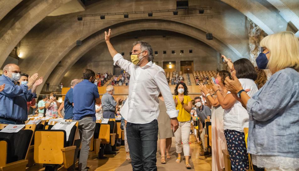 El president d'Òmnium Cultural, Jordi Cuixart, entrant a l'auditori del Palau Firal i de Congressos de Tarragona mentre els assistents a l'acte l'aplaudeixen.