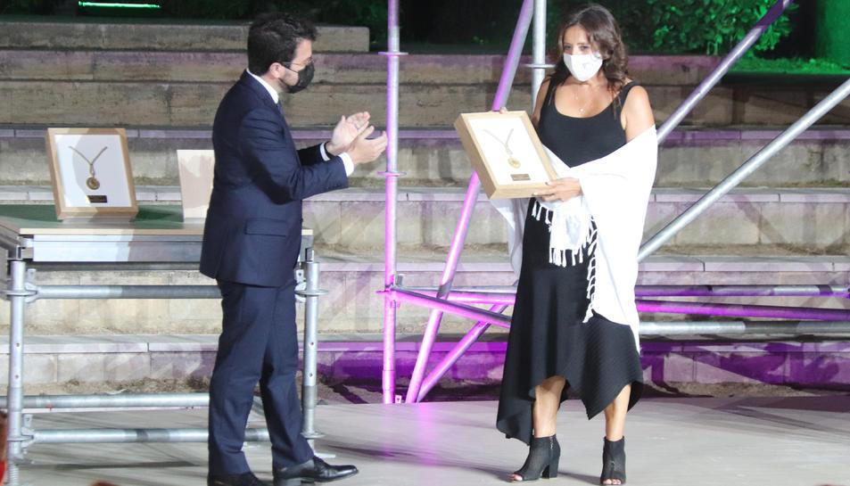 Pere Aragonès i Maria Jesús Guinea Castellví, en l'acte de lliurament de la Medalla d'Or de la Generalitat.