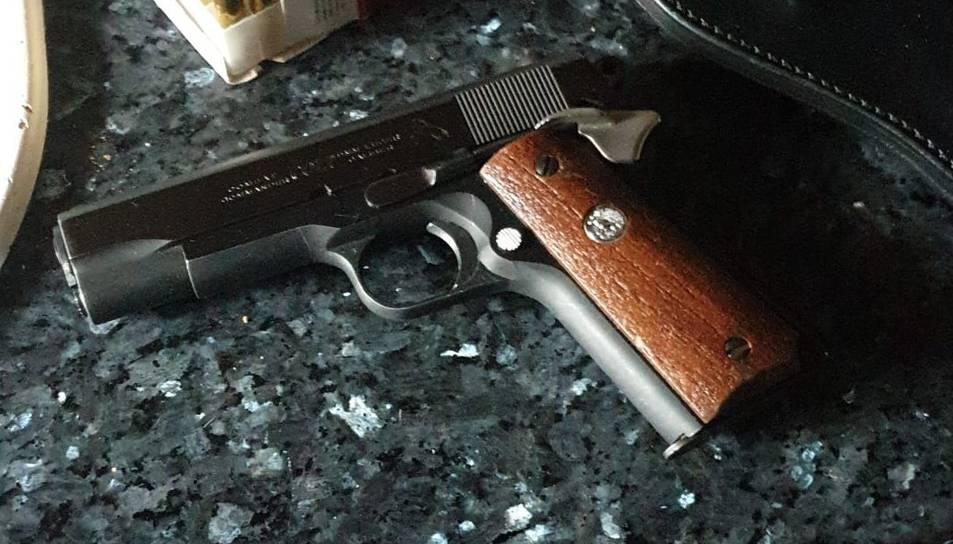 Imatge de l'arma trobada a l'inteiror del domicili.