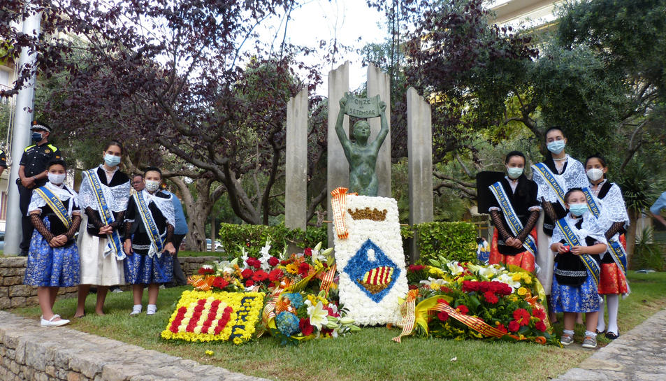 L'Ajuntament de Salou celebra la Diada amb una ofrena floral i ball de bastons