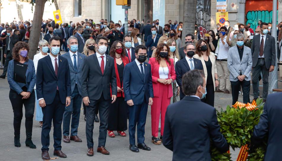 El Govern de la Generalitat, encapçalat pel president Aragonès, mirant com col·loquen l'ofrena floral al monument de Rafael Casanova.