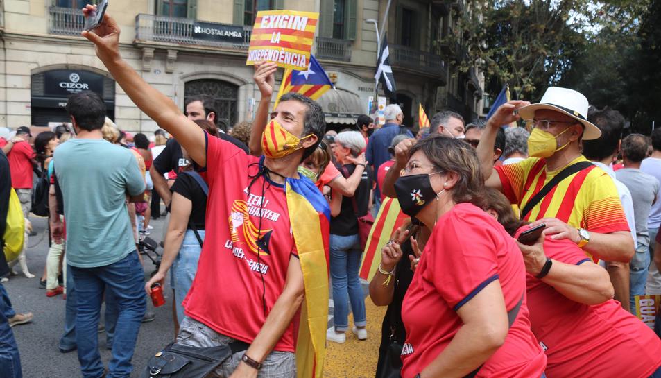 Un grup de manifestants es fa una fotografia durant la mobilització convocada per l'ANC en el marc de la Diada de l'11 de setembre del 2021 a la plaça Urquinaona de Barcelona.