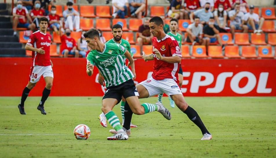 Pablo Fernández lluitant una pilota contra un defensor del Betis.