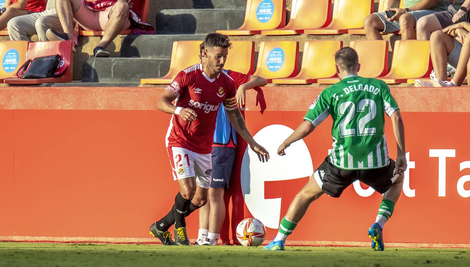 Joan Oriol, davant de Delgado en el marc del Nàstic-Betis Deportivo de dissabte.