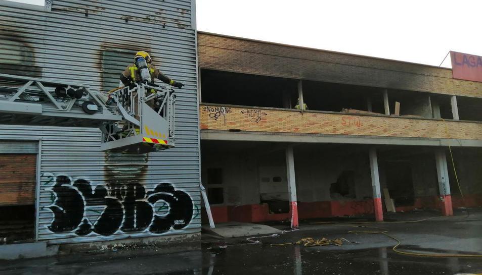 Imatge dels bombers acabant de remullar la zona.