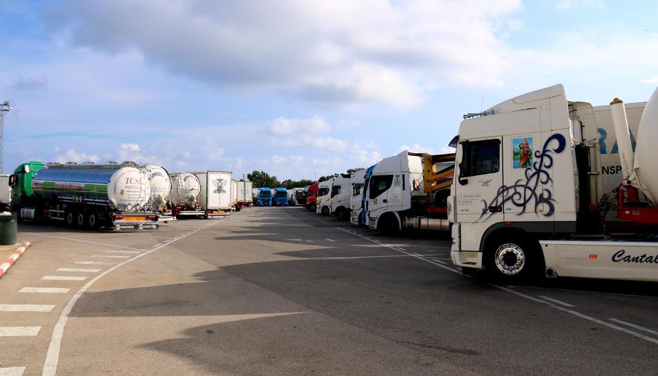 Camions aparcats en un aparcament habilitat proper a l'AP-7, a l'altura d'Altafulla, després que entrés en vigor la prohibició de circular per l'AP-7.