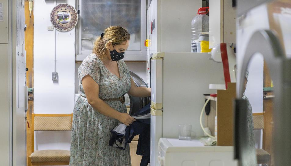 Sílvia Carrera, de la Tintoreria Dutu, en el seu lloc de treball.