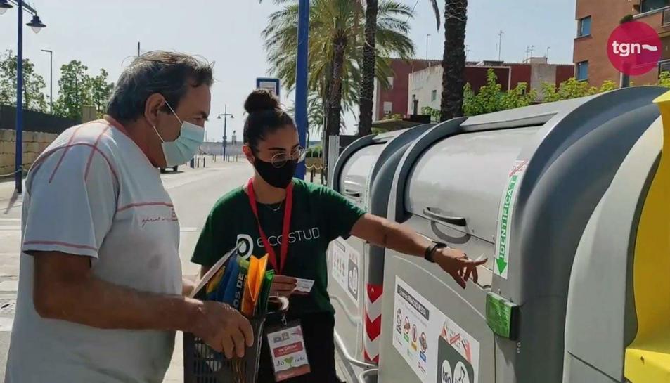 Imatge d'un contenidor de la brossa tancat al barri mariner del Serrallo.