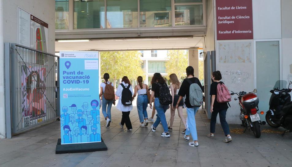 Pla general d'un cartell informatiu sobre el punt de vacunació sense cita al Campus Catalunya.