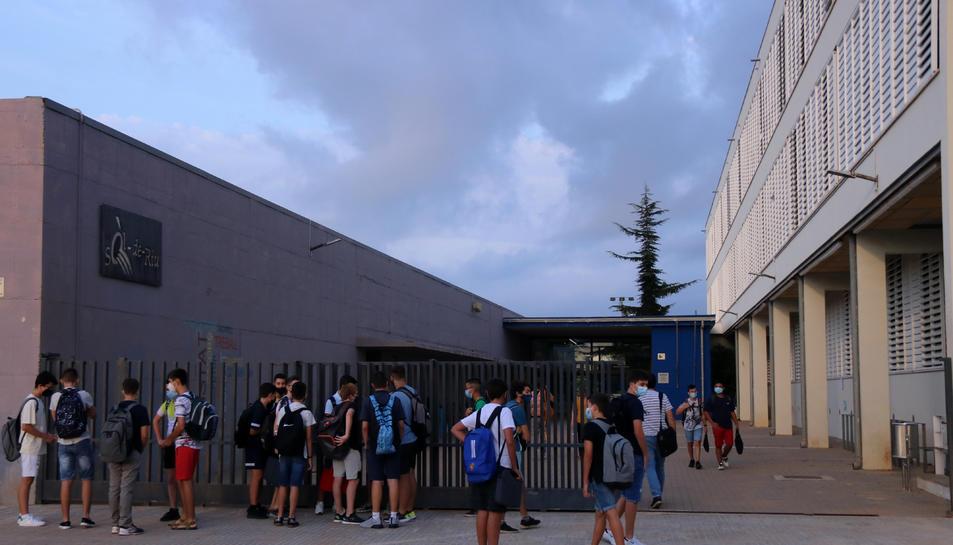 Pla general d'estudiants a l'accés principal de l'institut Sòl de Riu d'Alcanar.
