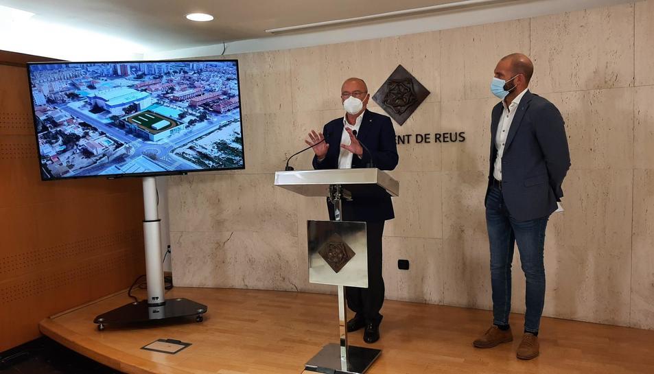L'alcalde, Carles Pellicer, i el regidor d'Esports, Josep Cuerba, durant la presentació del plec de clàusules per a la licitació del projecte.