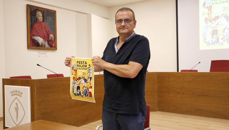 El regidor de Cultura, Josep M. Girona, mostrant el cartell.
