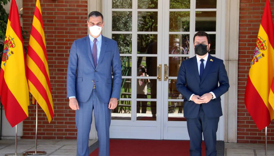 Els presidents Pedro Sánchez i Pere Aragonès, a l'escala de la Moncloa abans de reunir-se el 29 de juny de 2021.