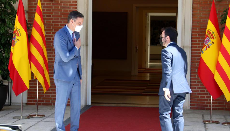 El president espanyol, Pedro Sánchez, saluda el cap del Govern, Pere Aragonès, a l'escala de la Moncloa abans de reunir-se el 29 de juny de 2021.