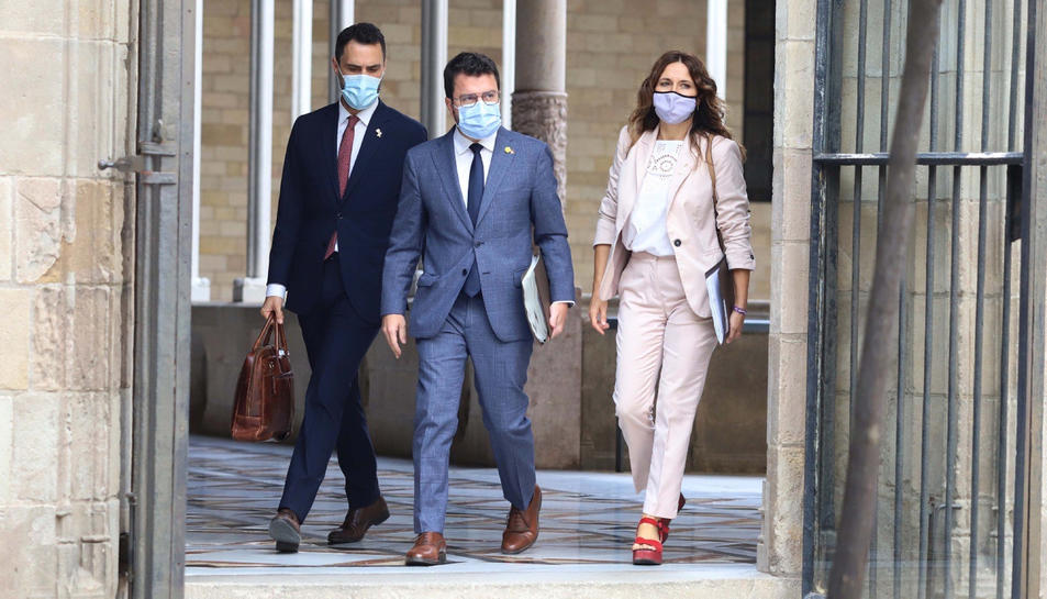 Pla conjunt del president de la Generalitat, Pere Aragonès, acompanyat dels consellers d'ERC Laura Vilagrà i Roger Torrent dirigint-se al Consell Executiu
