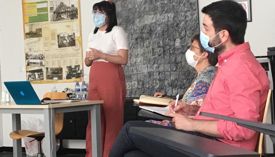 Una doctorada de la URV, fent una presentació.