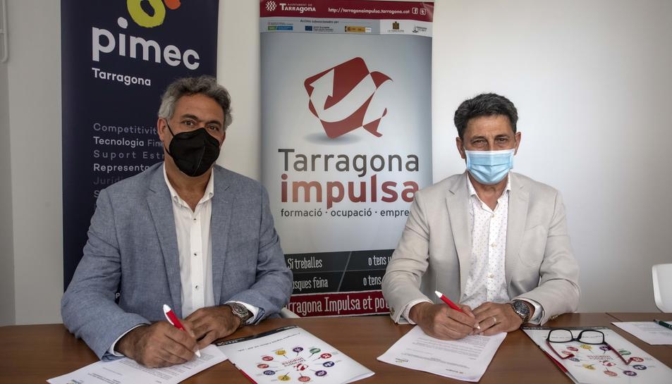 Jordi Ciuraneta i Manel Castaño durant la signatura del conveni.