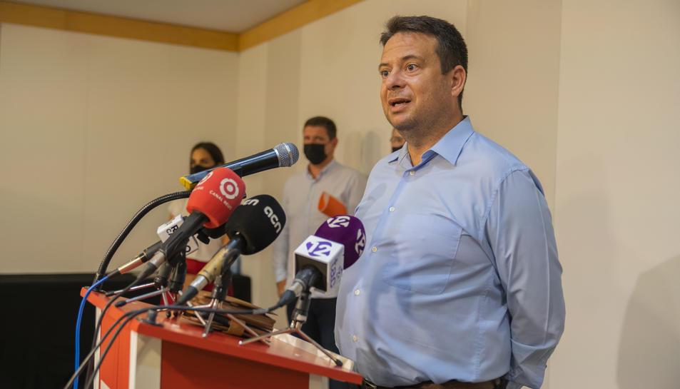 Klein durant la roda de premsa en que el seu partit i l'oposició va anunciar la moció de censura.