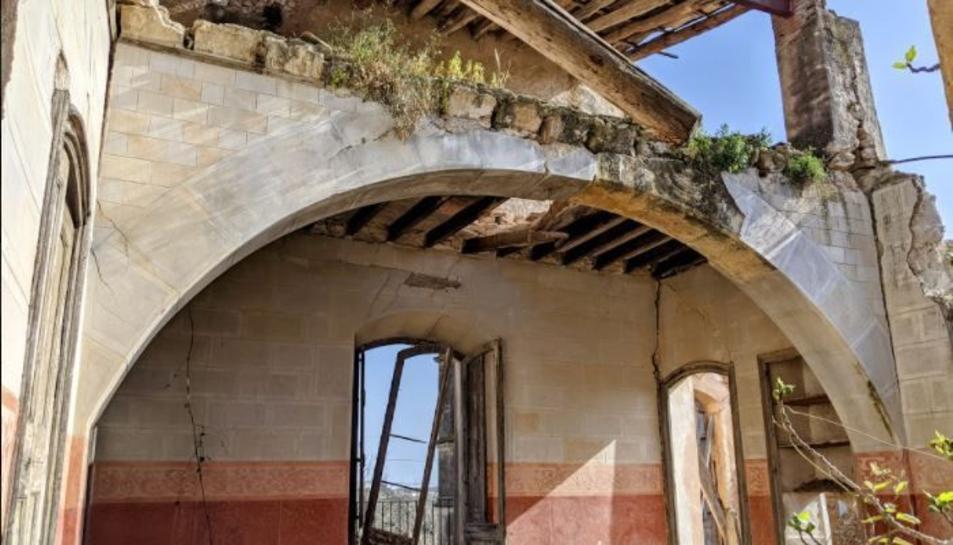 Imatge d'una de les sales derruïdes del Mas de la Tallada.