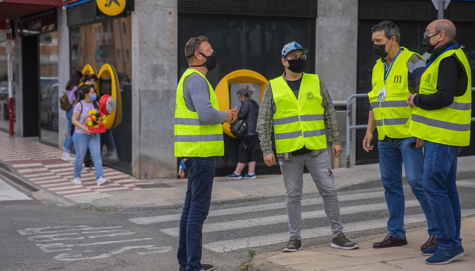 Imatge d'uns voluntaris que vigilen els caixers al barri de Sant Pere i Sant Pau de Tarragona.