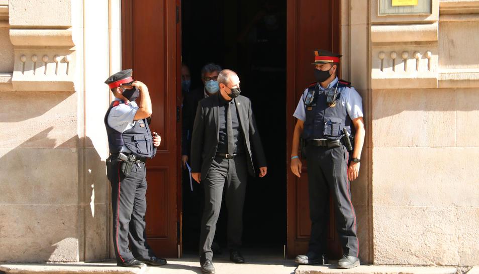 L'exsecretari primer de la Mesa del Parlament Eusebi Campdepadrós surt del TSJC després de declarar.