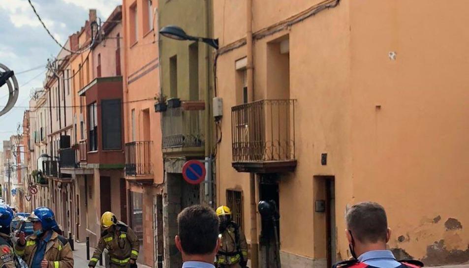 Pla obert dels cossos de seguretat supervisant l'habitatge on s'ha declarat l'incendi.