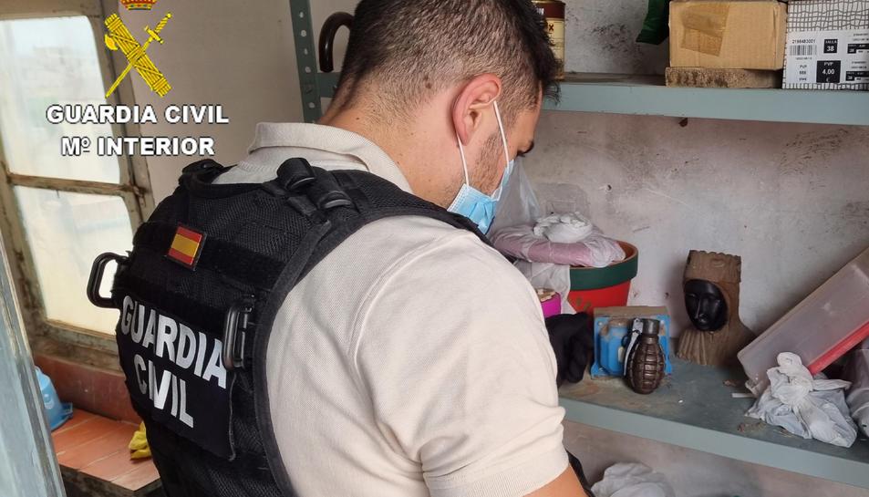 Primer pla d'un agent de la Guàrdia Civil davant de la granada de mà