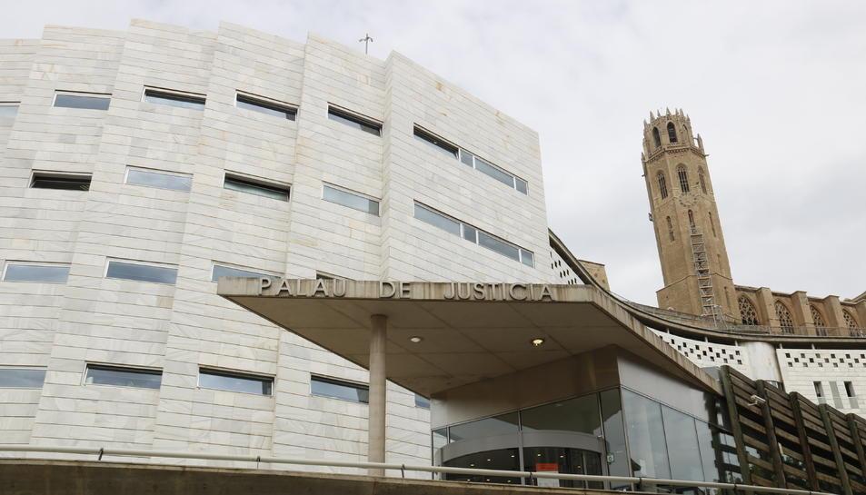 Els jutjats de Lleida, des de l'entrada a l'Audiència, amb la Seu Vella darrere.