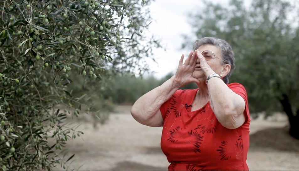 Una veïna de Santa Bàrbarà fent el crit que dina nom al festival.
