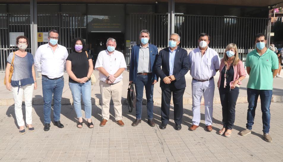 Pla obert dels representants del Camp de Tarragona, Terres de l'Ebre i Baix Penedès davant la subdelegació del govern espanyol a Tarragona.