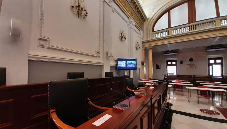 Pla general de la sala de plens de Reus, abans de la sessió plenària en format híbrid que es celebrarà aquest divendres.