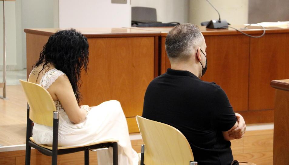 La parella asseguda al banc dels acusats de l'Audiència de Lleida acusada de maltractar el nadó.