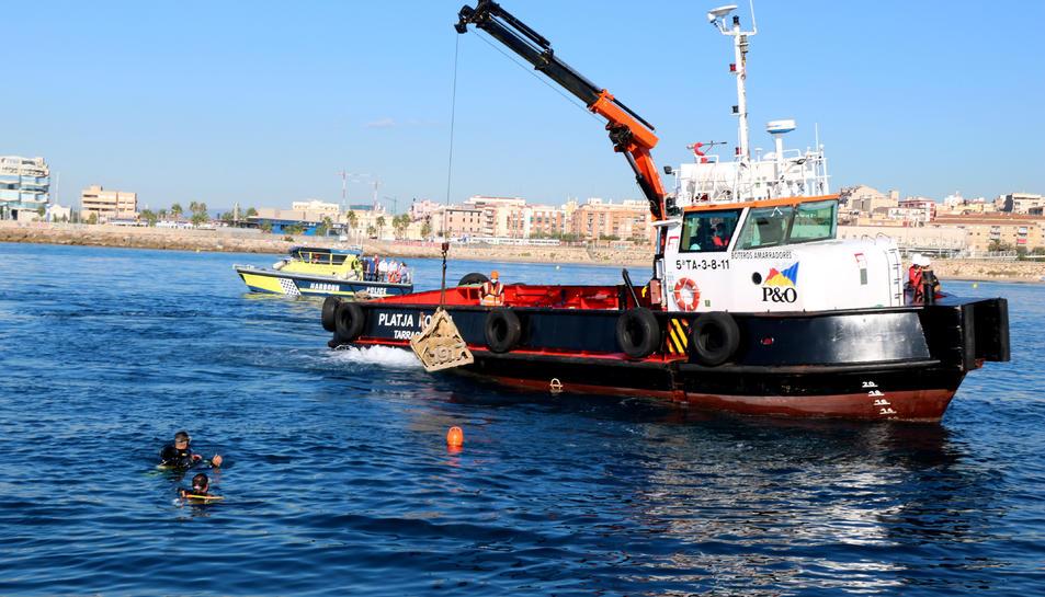 Pla general dels tècnics submergint biòtops a la punta del Miracle de Tarragona.