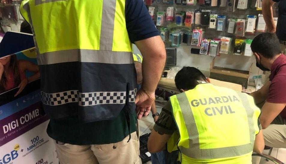 Agents de la Guàrdia Civil i de la Policia Local de Torredembarra realitzant la intervenció.