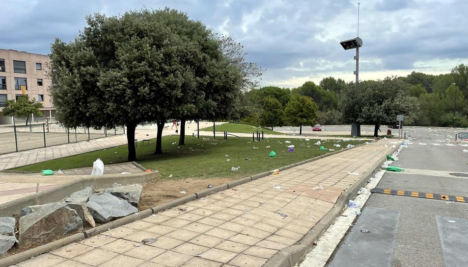 Restes de begudes, llaunes i plàstics després del macrobotellot al campus de la UAB.