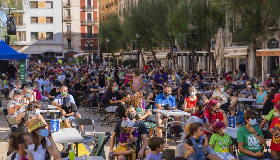 El Seguici Petit va omplir les 150 taules distribuïdes per tota la plaça de la Font, amb tots els bars tancats.