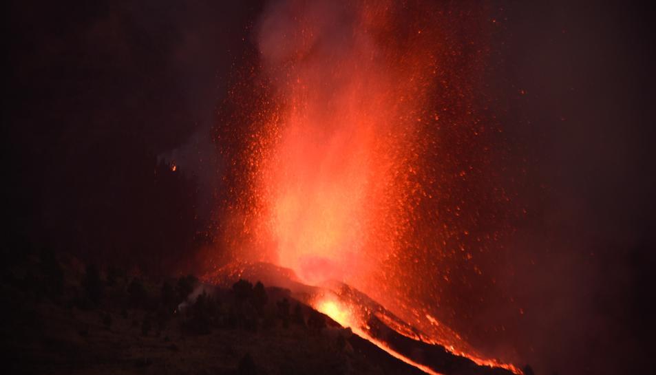 El volcà Cumbre Vieja en plena erupció aquesta nit.