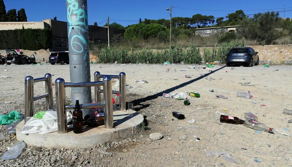Les conseqüències del botellot aquest matí, on encara es podien trobar alguns cotxes aparcats.