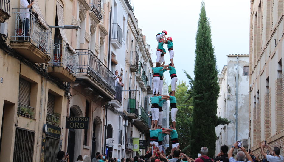 Els Castellers de Vilafranca aixecant un 3 de 7 en la primera actuació completa després de dos anys d'aturada