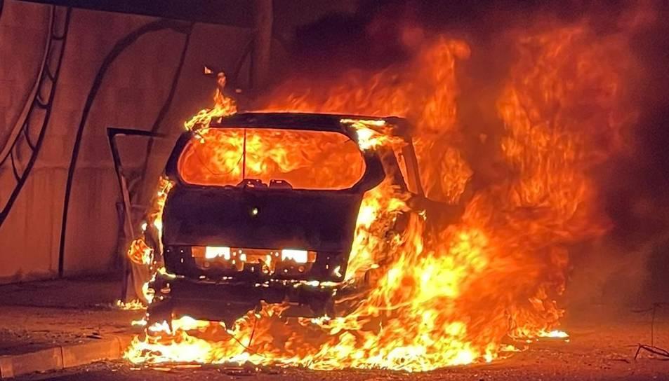 Una dona deixa el seu cotxe a la via a l'espera del mecànic a Reus  i acaba cremat completament