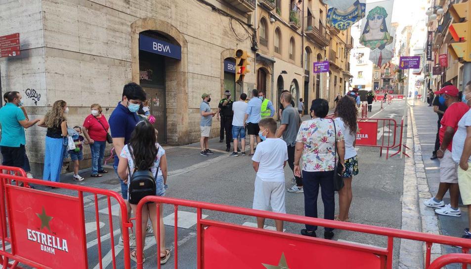 Queixes als accessos de la plaça de la Font de Tarragona per no poder accedir a veure el Seguici