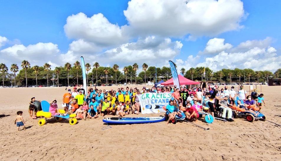 Se celebra la primera jornada de pàdel surf «Onades Inclusives»