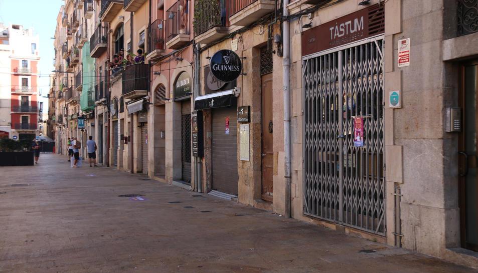 Els establiments de la plaça de la Font tancats per denunciar la prohibició de posar terrasses durant l'acte del Seguici Petit de la festa major de Santa Tecla.