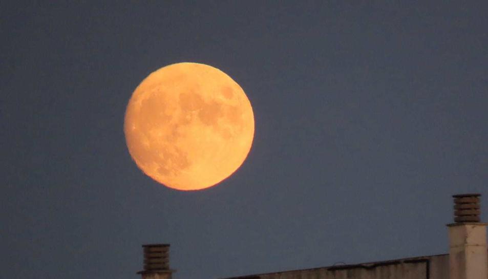 Imatge de la lluna plena captada des de Reus.