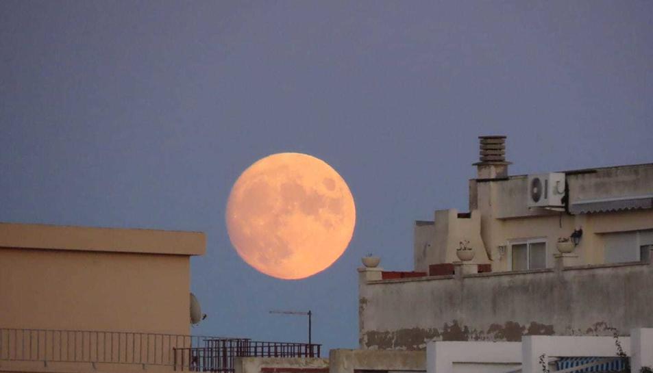 La lluna al 97% de plenitud fotografiada des de la capital del Baix Camp.