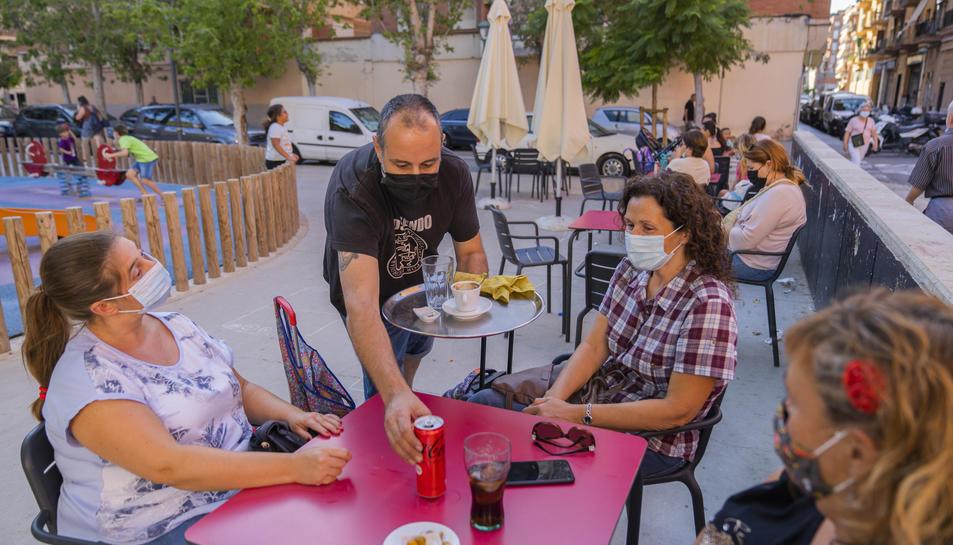 El bar Racó dels Amics es troba a la plaça dels Infants, al Barri del Port de Tarragona.