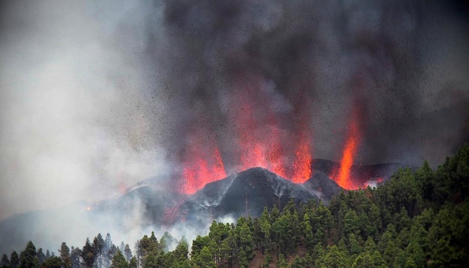 Una erupció volcànica va començar durant la tarda de diumenge als voltants de Las Manchas, a El Paso a l'illa de La Palma de Canàries