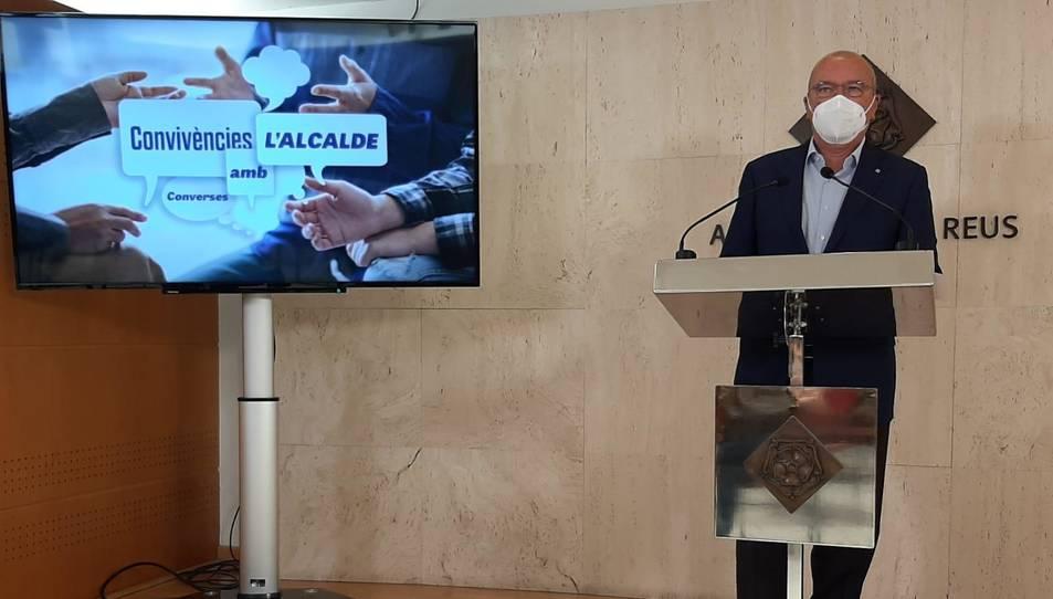Imatge de Carles Pellicer durant la presentació del programa 'Convivències amb l'alcalde'.